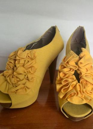 Желтые туфельки charlotte russe