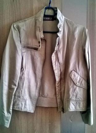 Френч - пиджак оливкового цвета с кармашками и молниями.