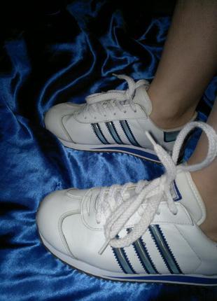 Кроссовки с синими вставками adidas,натуральная кожа