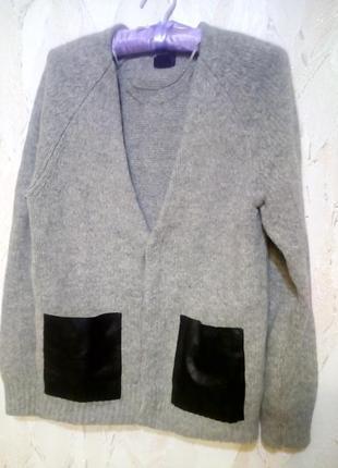 Стильная объёмная кофта от h&m с кожаными карманами. 100% шерсть. размер c