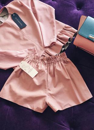 Крутой костюм шортами пудрового цвета из кожзама италия