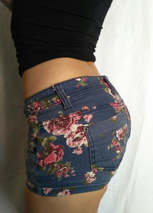 Очень крутые джинсовые шорты с цветочным принтом от mossimo