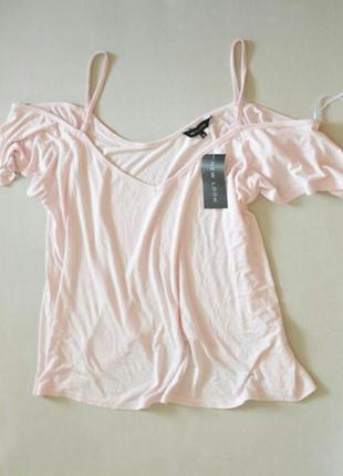Пудровая футболка с открытыми плечами