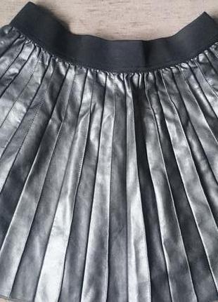 Модная плисированная юбка из кожзама