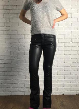 Ультрамодные брюки-клеш с имитацией матовой кожи    pn0613    bershka