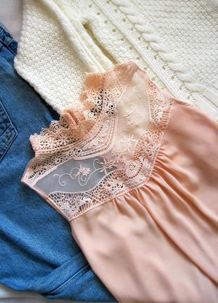 Легкая персиковая блузка с кружевной горловиной atmosphere