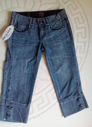 Джинсовые короткие брюки-бриджи.