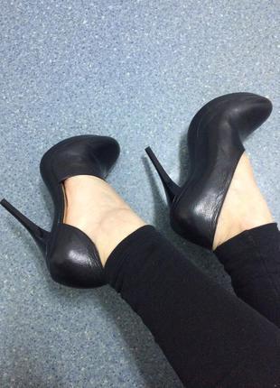 Кожаные супер туфли на каблуке от итальянского бренда 38 р