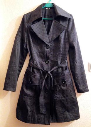 Кокетливое легкое пальто (плащ) в горошек