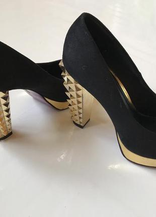 Шикарные фирменные туфли с массивным золотым каблуком