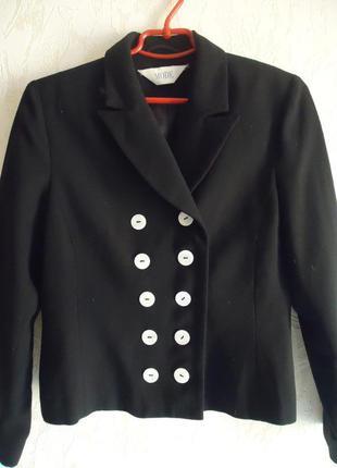 Пиджак с пуговицами из ракушек.