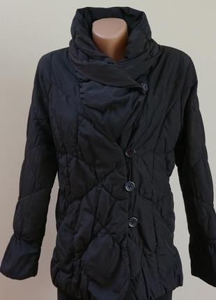 Куртка по фигуре черная