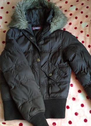 Демисезонная куртка короткая, коричневая, на синтепоне с капюшоном и мехом