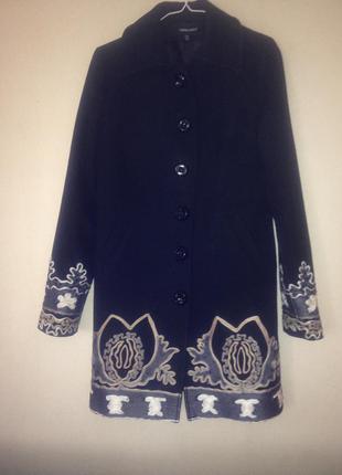 Интересное и элегантное демисезонное пальто с узорами
