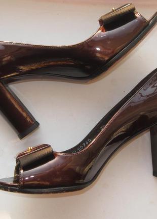 Кожаные лаковые туфли с открытым носочком раз.35