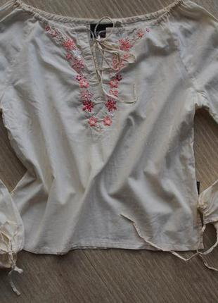 Молочная рубашка с вышивками и завязочками