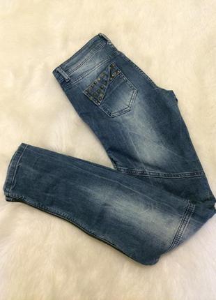 Стильные джинсы с шипами