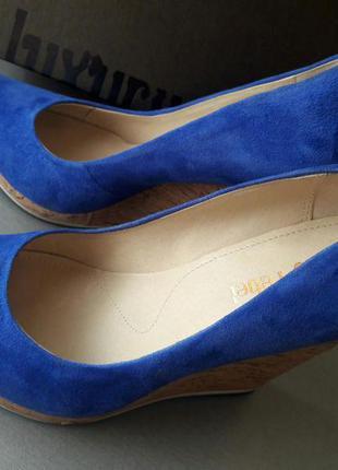 Яркие суперовые туфли на танкетки luxury rebel 25 см синий замш электрик