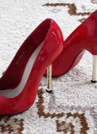 Шикарные красные туфли glossi