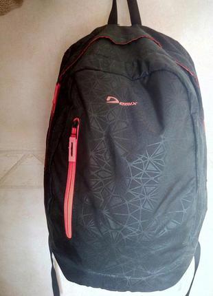 Яркий спортивный рюкзак demix