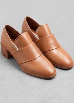 Стильные лоферы на каблуке из натуральной кожи от other stories