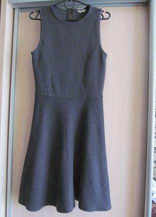 Серое фактурное платье-солнце-клеш миди