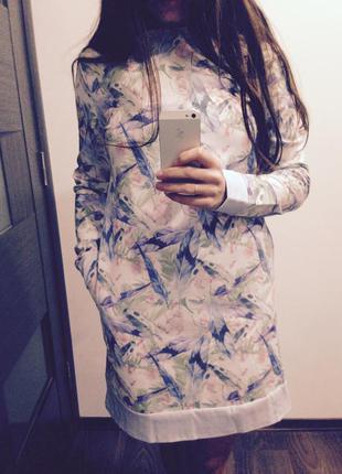 Нежное весеннее платье трапеция белого цвета с разноцветным принтом