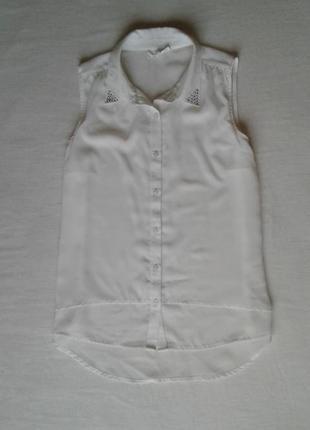 Молочная шифоновая блуза  с заклепками на воротнике,  удлиненная сзади tammy