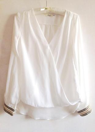 Стильная блуза на запах с красивыми манжетами с золотыми цепями, 36