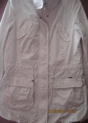 Очень красивая  куртка-ветровка белого цвета