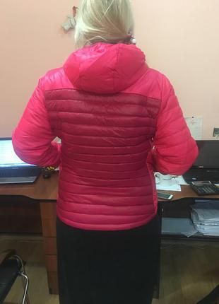 Чудесная яркая пуховая курточка quechua