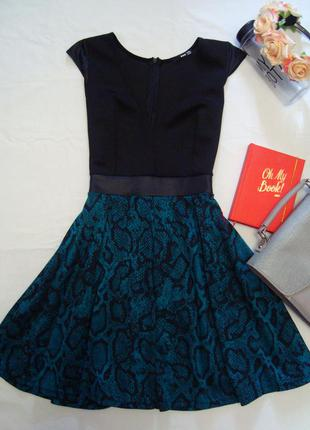 Оригинальное комбинированное платье с v-образным вырезом tfnc london