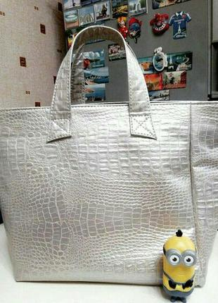 Класная вместительная сумка серебро furla с длинной руской