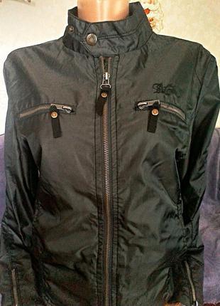 Фирменная женская куртка с вышивкой.. размер м.