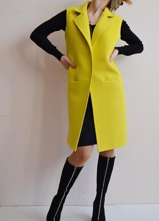 Красивое желтое пальто без рукавов