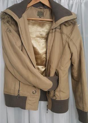 Куртка з капюшоном, що відщебається