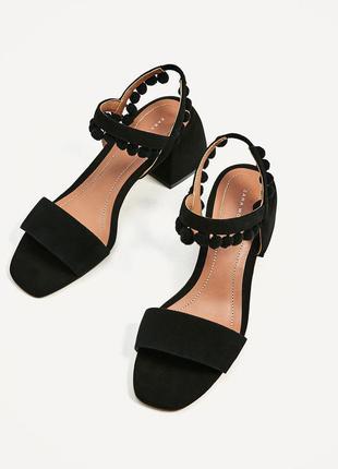 Кожаные сандалии с помпонами, на среднем каблуке zara