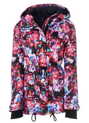 Красивая и яркая куртка парка с цветами
