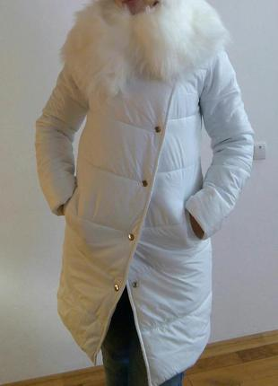 Белая куртка с меховым воротом