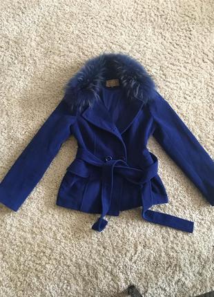 Пальто с натуральным воторником из енота! новое!