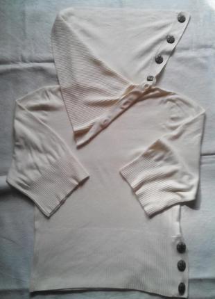 Стильный свитерок , украшен пуговками