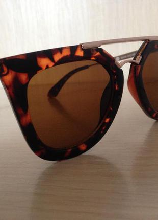 Солнцезащитные очки в супермодной оправе