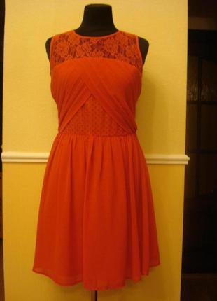 Вечернее коктейльное платье с кружевом.