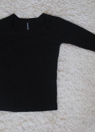 Легкий свитерок чёрного цвета с v-образным вырезом