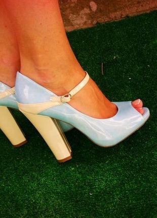 Туфли лаковые нежно-голубые широкий каблук
