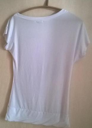 Белая футболка с асимметричной горловиной