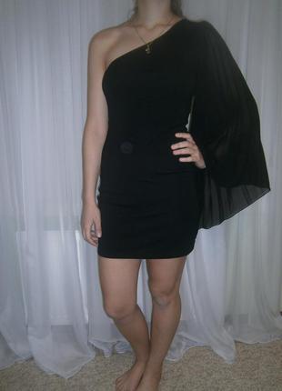 Платье с одним рукавом.