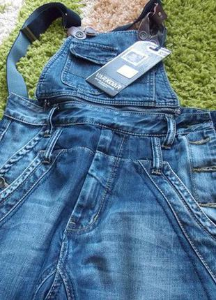 Очень классный джинсовый полукомбинезон на 44-46 размер. высокая посад