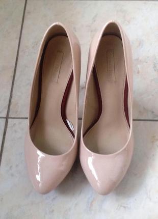 Шикарные лаковые нюдовые туфельки zara