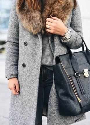 Стильное пальто-халат с меховым воротником